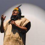 Manari Ushigua, wódz i szaman plemienia Saparo z Ekwadoru. Od kilku lat globalne koncerny chcą wydobywać ropę na terenie parku Yasuni, zamieszkanego przez Saparo. Walka o zachowanie tych terenów trwa.